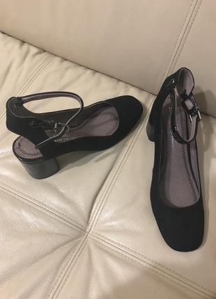 Закрытые босоножки на среднем каблуке