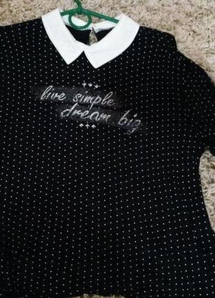 Черная облегающая блузка в горошек с белым воротником