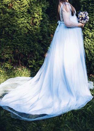 Длинное платье нежно голубого цвета для беременных