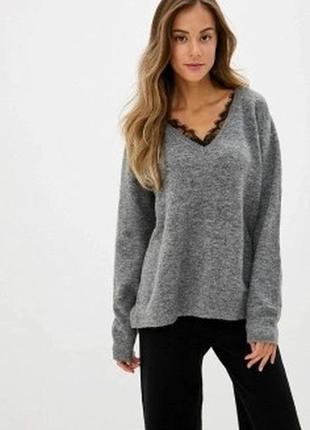 Серый свитер меланж с черным гипюром на вырезе декольте оверсайз кофта нарядная батал