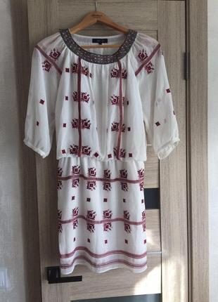 Женское платье с украинским орнаментом