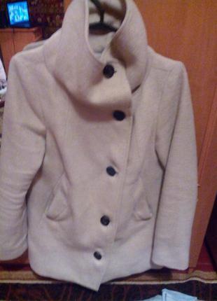 Светлое пальто bershka