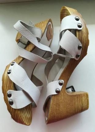 Кожаные босоножки стукалки
