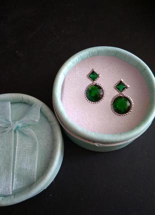 Серебряные серьги-гвоздики с зеленым цирконием.