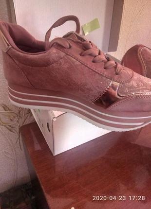Новые,стильные, шикарные, нарядные  нюдовые кроссовки