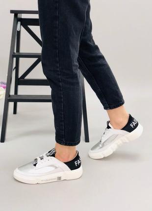Кроссовки с серебреными вставками