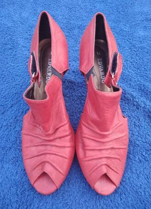 Червоні туфлі на каблуку