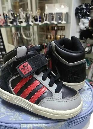 Высокие кроссовки adidas для малыша