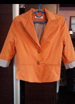 Яркий оранжевый пиджак