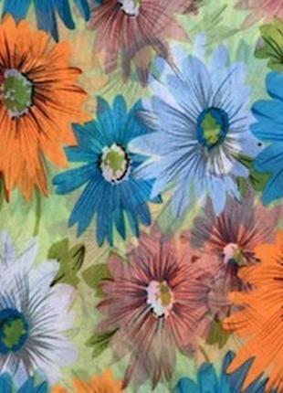 Большой яркий шелковый палантин в цветы.