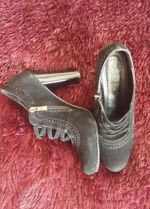 Замшевые туфли со стразами на высоком каблуке