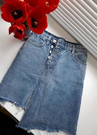 Джинсовая юбка с рваными краями