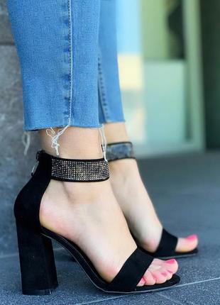 Замшевые босоножки на устойчивом каблуке