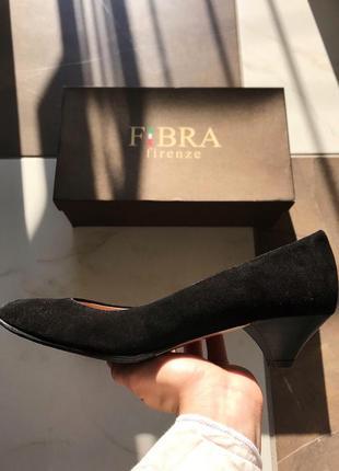 Натуральные итальянские замшевые офисные туфли лодочки на низком каблуке, kitten heels