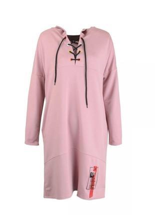 Розовое платье свободного фасона с капюшоном свитшот худи спортивное