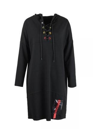 Чёрное платье свободного фасона с капюшоном свитшот худи спортивное