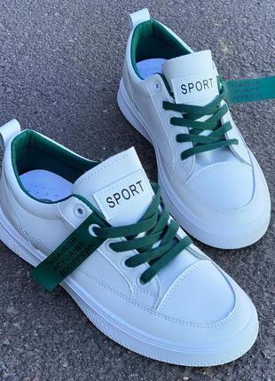 Белые кеды с зелеными шнурками