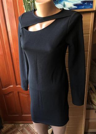 Платье с разрезом на груди