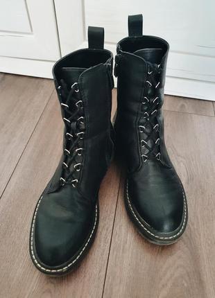 Черные грубые женские высокие ботинки