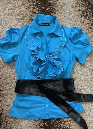 Красивая блузка с коротким рукавом и рюшами. нарядная рубашка.