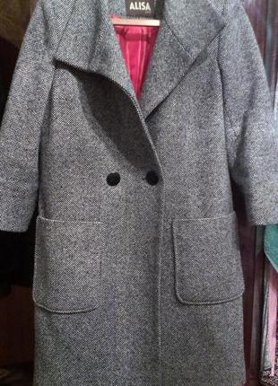 Стильное серое пальто.