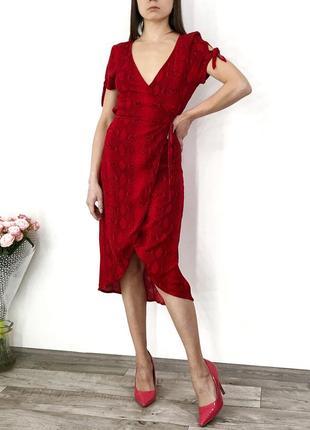 Шикарное красное платье миди на запах в змеиный принт