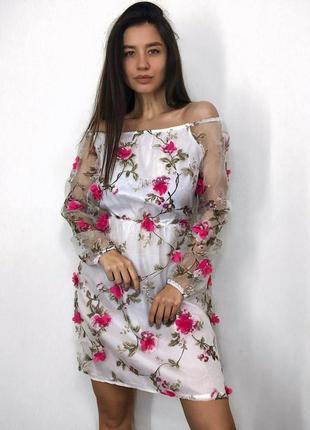 Нарядное платье из фатина с цветами