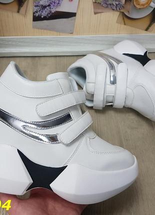 Кроссовки сникерсы на высокой платформе с танкеткой на липучках белые