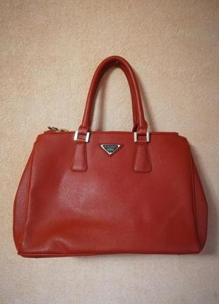 Красная сумка от daniele patrici.