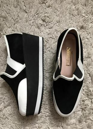 Новые фирменные туфли на платформе 36 черные белые замш