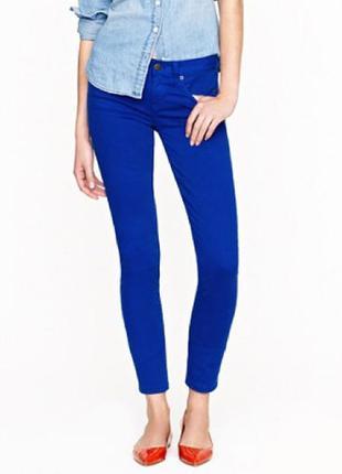 Ктутые джинсы с дырками на коленях j crew цвета blue grotto
