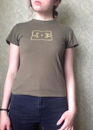 Очень крутая футболка от известного бренда dc shoes оригинал !