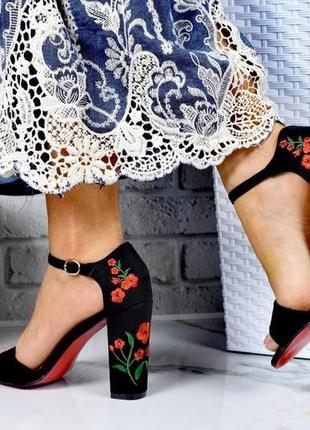 Босоножки с вышивкой  flowers толстый каблук закрытая пятка