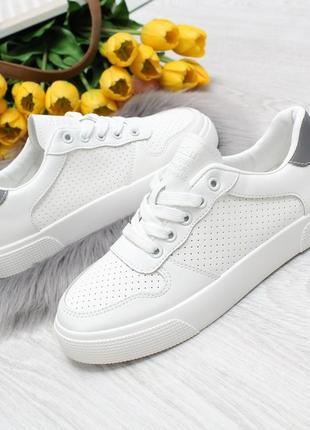 Модные белые кеды со светоотражающей вставкой