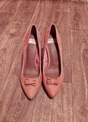 Шикарные стильные замшевые фирменные винтажные туфли лодочки горчичного цвета на каблуке