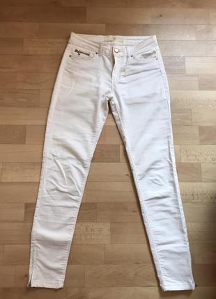 Белые штаны с молниями на щиколотках