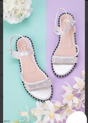 Серебристые босоножки сандалии на плоской подошве низкий ход со стразами