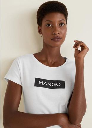 Белая футболка с логотипом манго