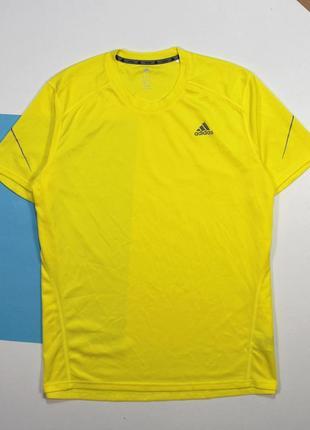 Яркая легкая футболка от ведущего производителя спортивной одежды adidas