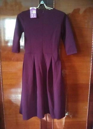 Платье сливового цвета с украшением