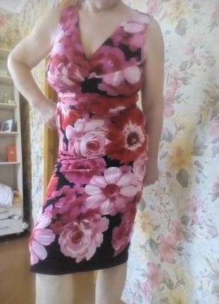 Платье в крупных цветах