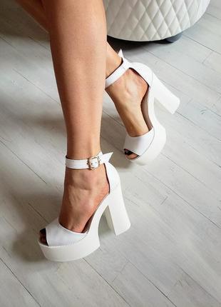 Белые босоножки платформа каблук