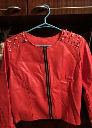 Красная короткая курточка