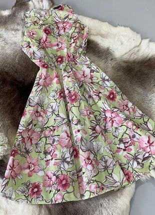 Хлопковое цветочное приталенное платье без рукавов в цветах