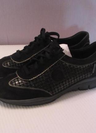 Легенькие удобные кроссовки