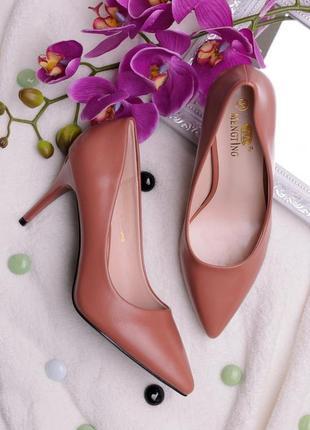 Туфли лодочки с острым носом на каблуке шпильке