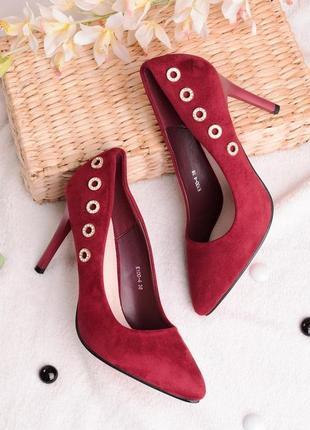 Бордовые замшевые туфли лодочки с острым носом на каблуке шпильке