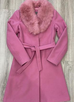 Розовое пальто цвета barbie