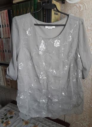 Легкая серая блуза с вышивкой и пайетками