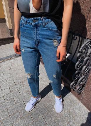 Женские рваные джинсы мом
